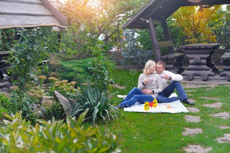 Couples affectueux en stationnement Jeunes couples affectueux ayant un grand temps images stock