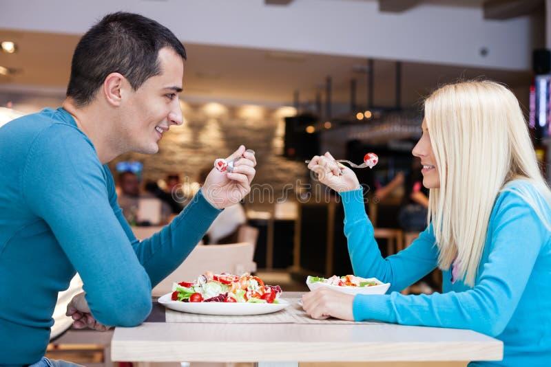 Couples affectueux ensemble sur le déjeuner photos stock