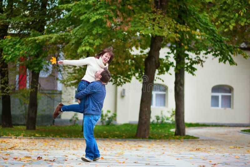 Couples affectueux gais ayant l'amusement ensemble photo stock