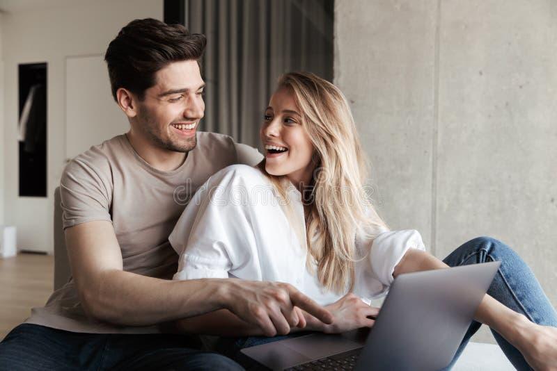 Couples affectueux heureux étonnés excités par jeunes images stock