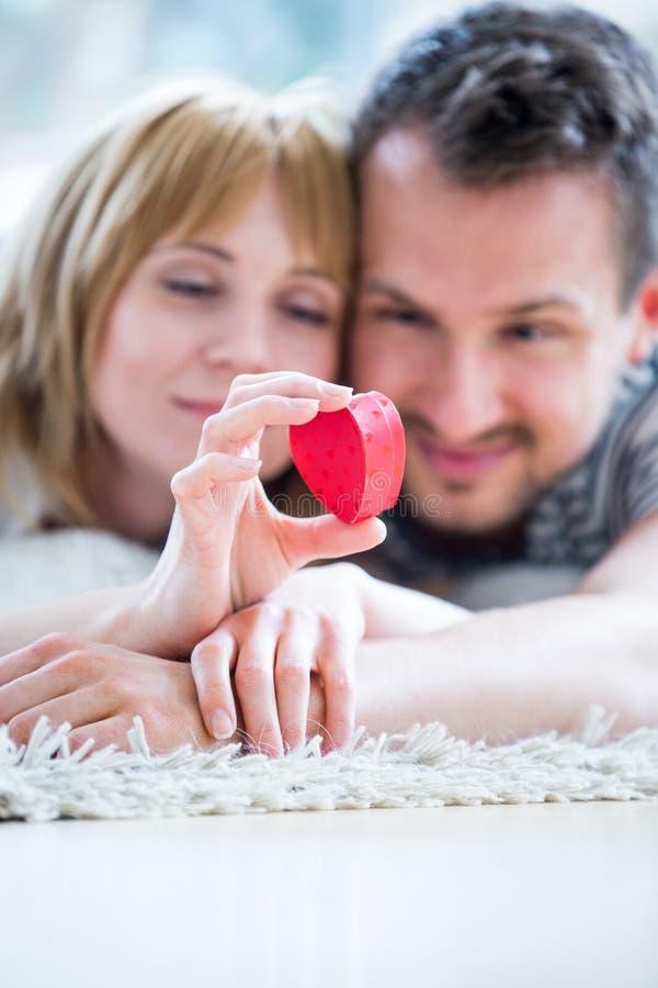 Couples affectueux heureux, boîte de coeur à disposition images stock