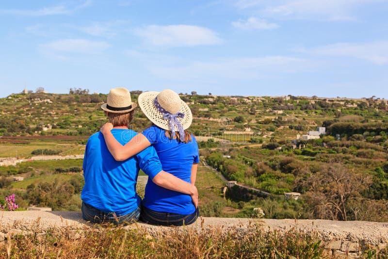 Couples affectueux heureux des vacances dans le pays images stock