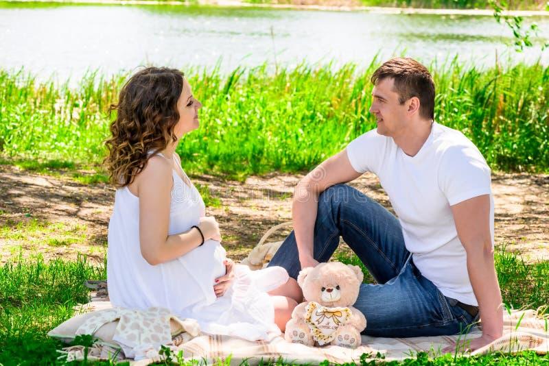 Couples affectueux heureux en prévision d'un repos d'enfant photographie stock