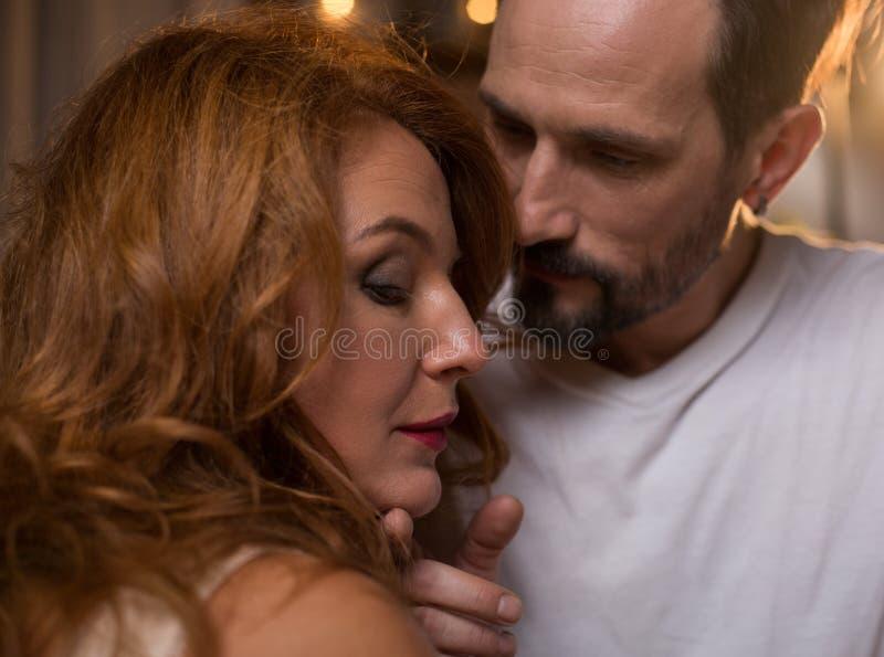 Couples affectueux heureux exprimant leur tendresse images libres de droits