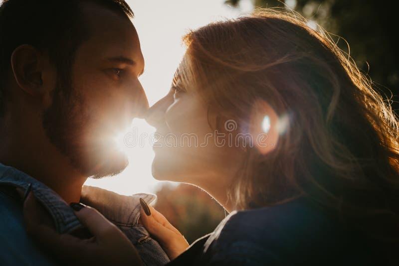 Couples affectueux heureux extérieurs en parc photos stock