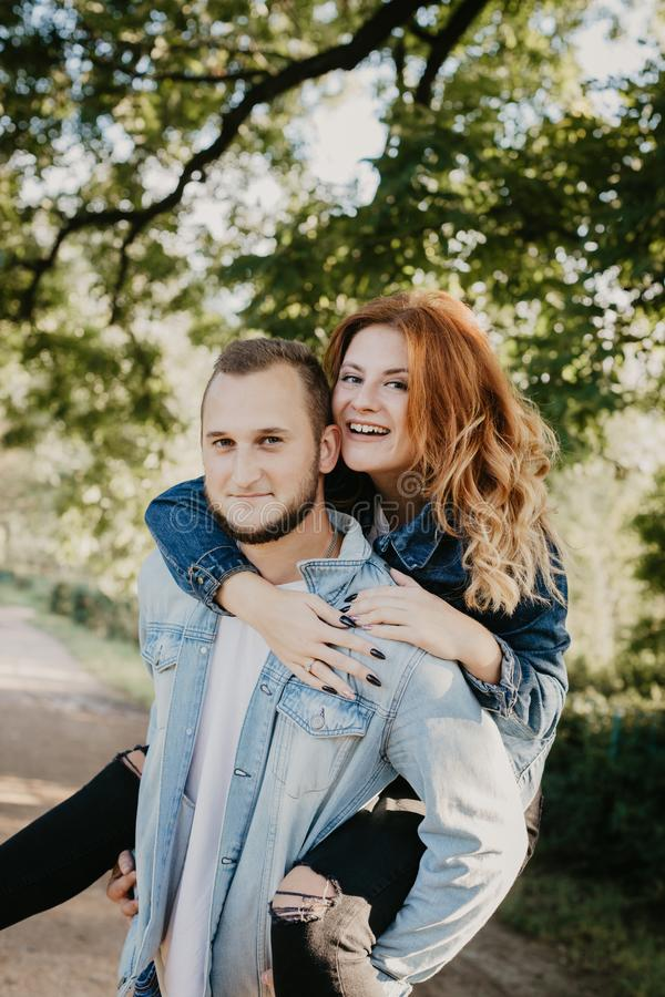 Couples affectueux heureux extérieurs en parc image libre de droits