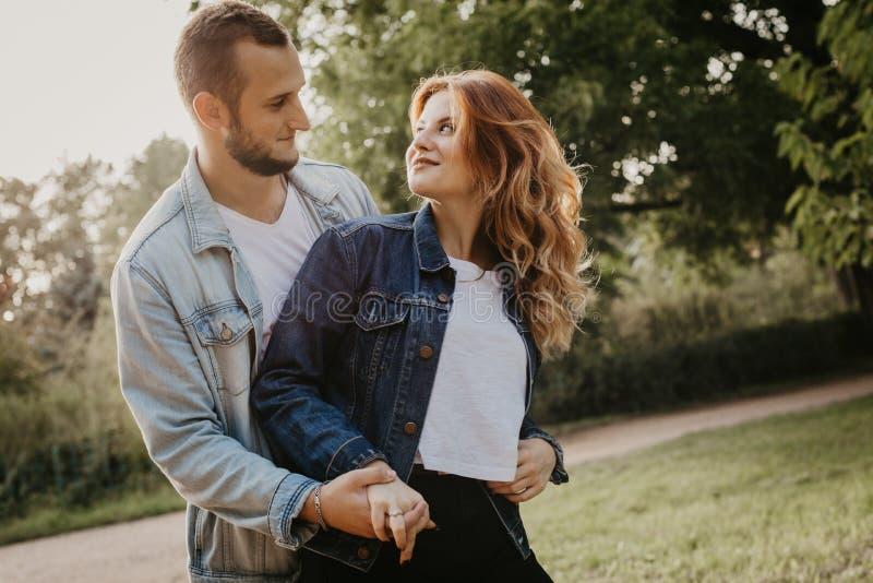 Couples affectueux heureux extérieurs en parc images stock