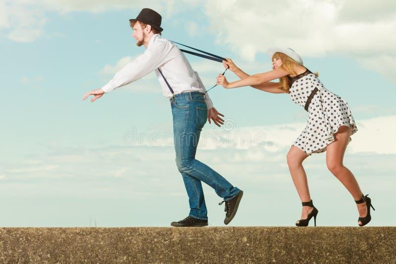 Couples affectueux jouant la date par la côte image stock