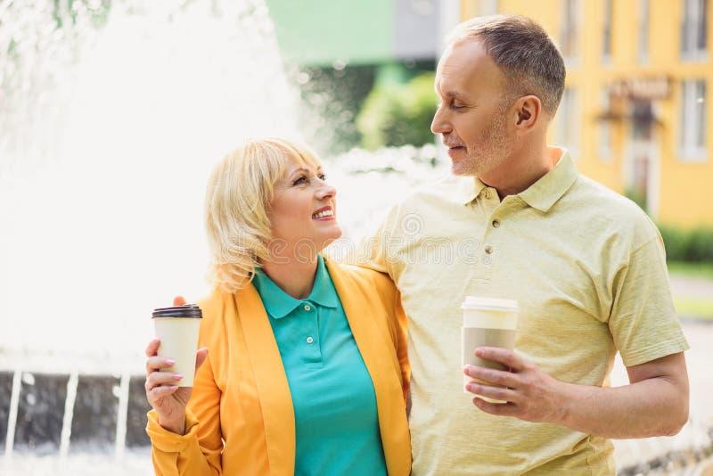 Couples affectueux mûrs se reposant en ville image libre de droits