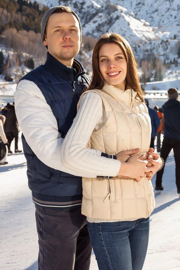 Couples affectueux patinant ensemble tenant des mains photo libre de droits