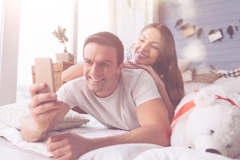 Couples affectueux positifs prenant la photo images libres de droits