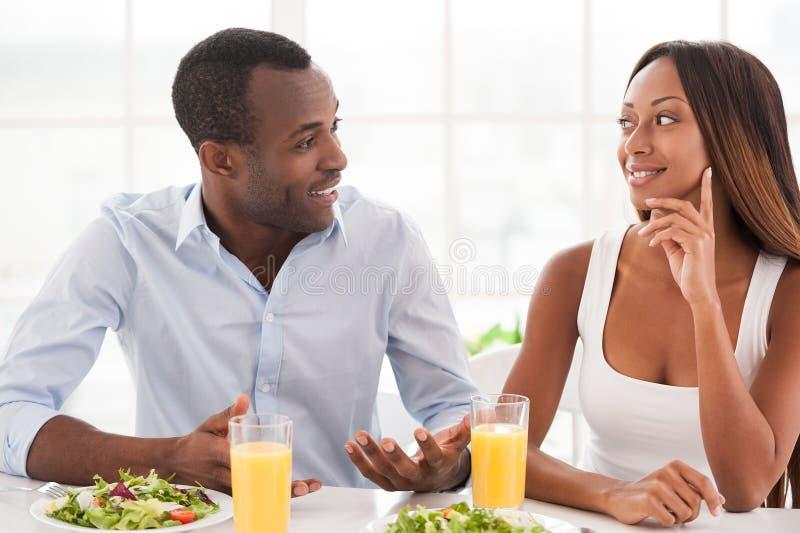 Couples affectueux prenant le petit déjeuner. images stock