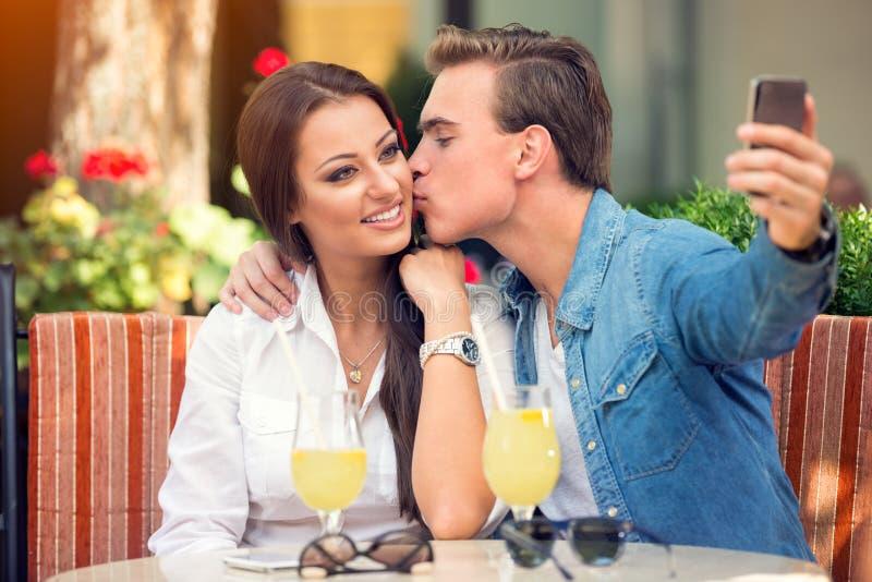 Couples affectueux prenant le selfie photographie stock