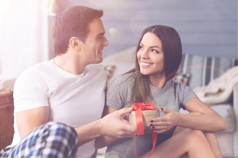 Couples affectueux regardant l'un l'autre photographie stock libre de droits