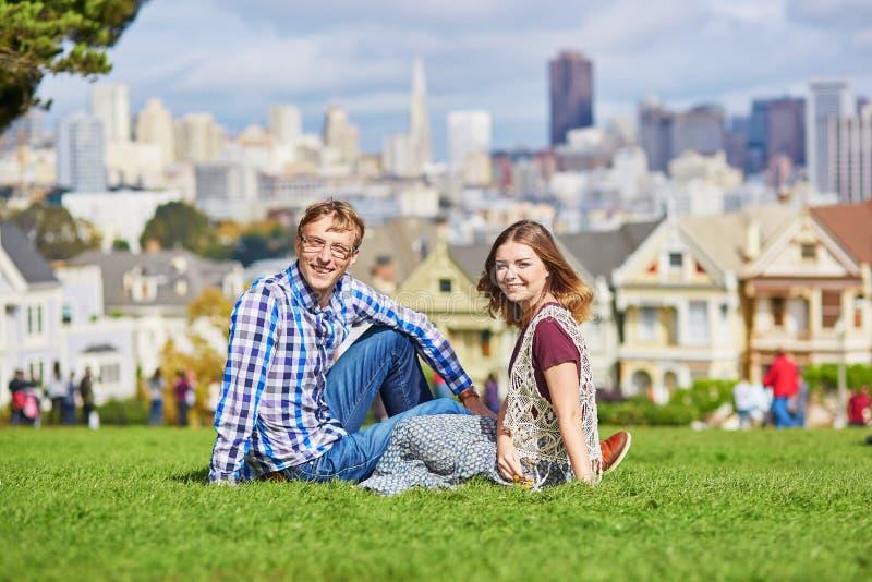 Couples affectueux romantiques ayant une date à San Francisco images libres de droits