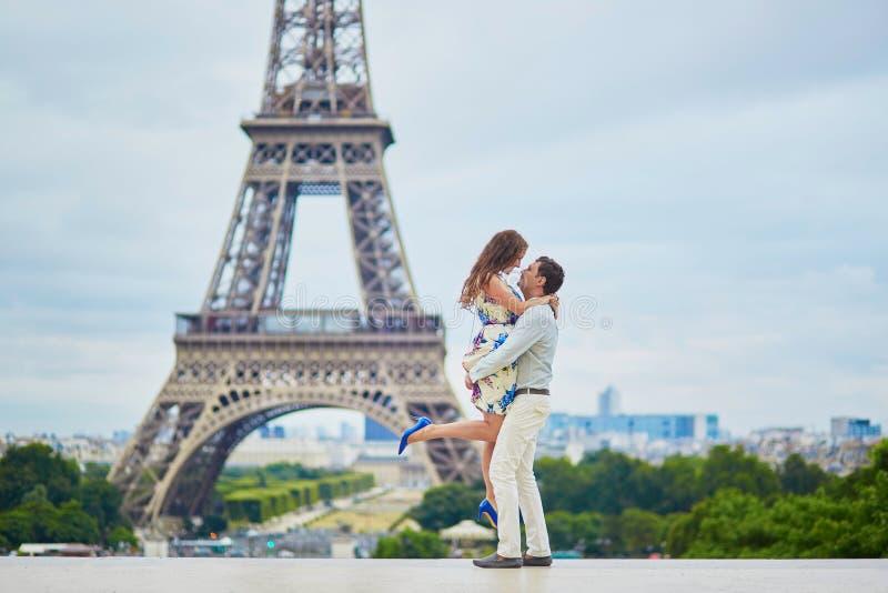 Couples affectueux romantiques ayant une date près de Tour Eiffel photo libre de droits