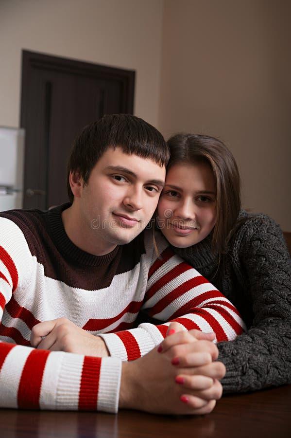 Couples affectueux se reposant à la table images stock