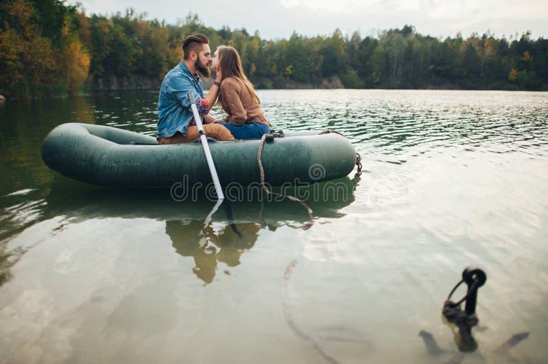 Couples affectueux se tenant dans un bateau de lac de montagne image libre de droits