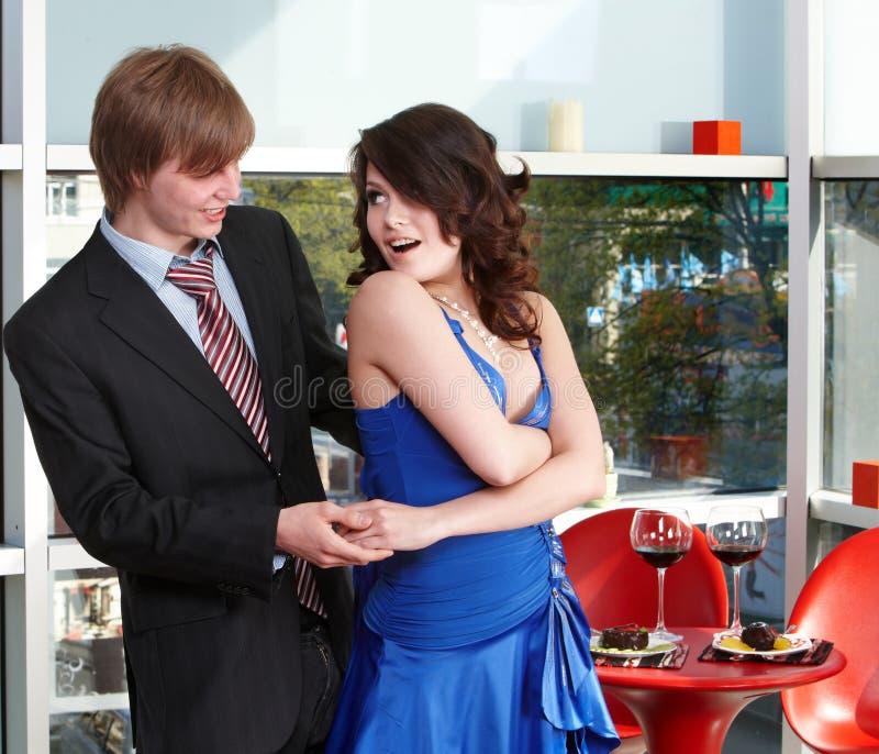 Couples affectueux sur la danse de datte. image stock