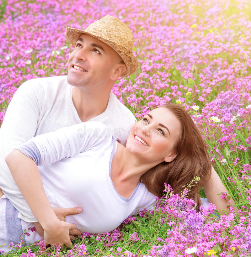Couples affectueux sur le champ floral photos stock