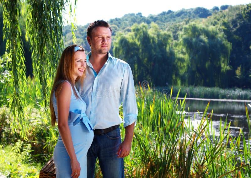 Couples affectueux sur le rivage de fleuve photographie stock
