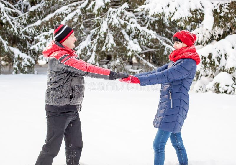 Couples affectueux sur une promenade d'hiver photos stock