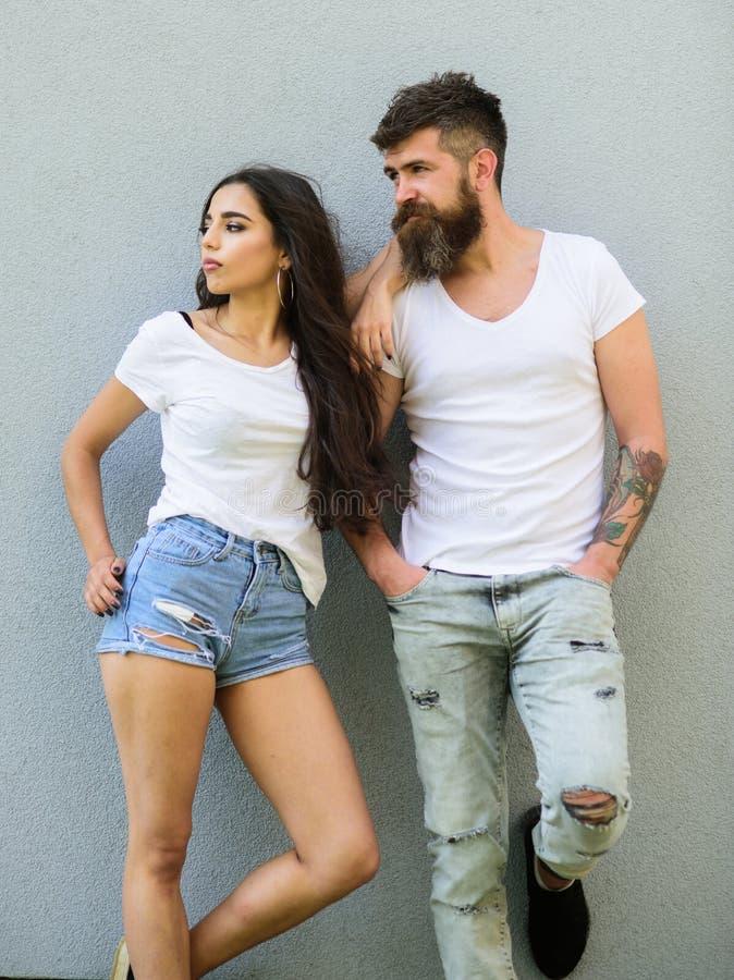 Couples affectueux urbains Jeunes modernes élégants de couples Maigre blanc de chemises de couples Hippie barbu et image libre de droits