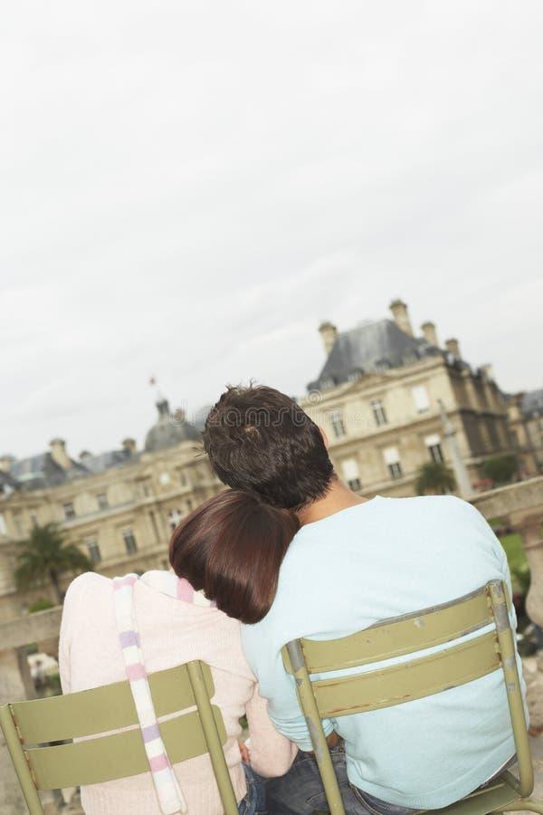 Couples affectueux visitant le pays photos libres de droits