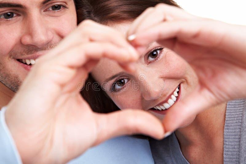 Couples affichant le coeur avec des doigts photo libre de droits