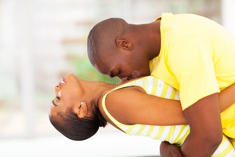 Couples africains passionnés image stock