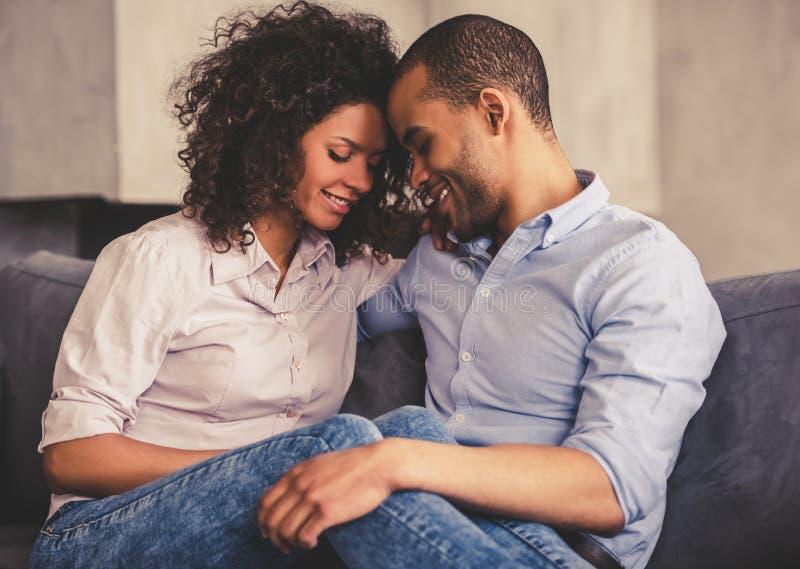 Couples afro-américains à la maison photographie stock libre de droits