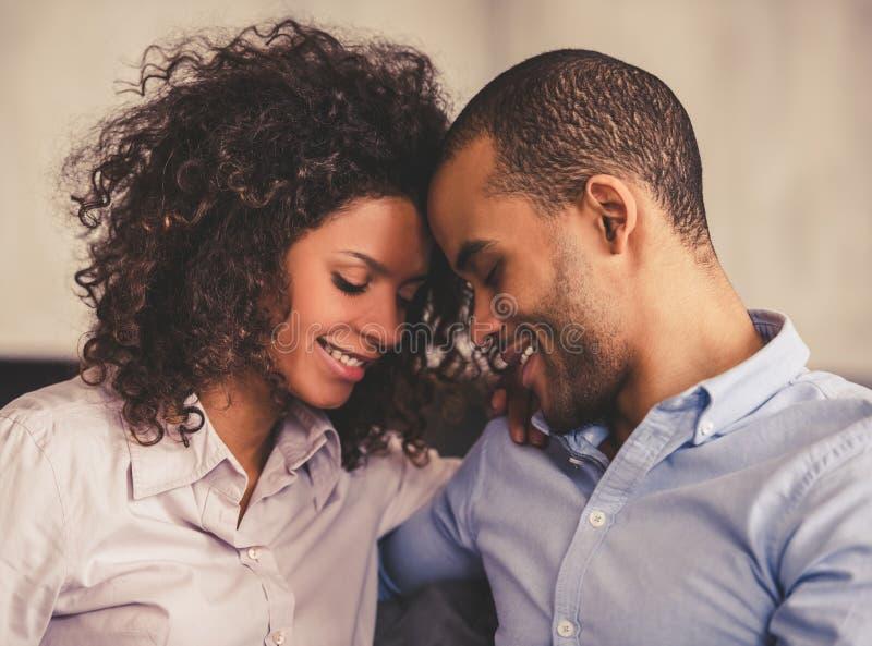 Couples afro-américains à la maison images libres de droits
