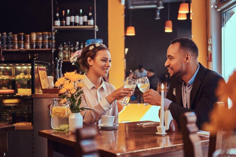 Couples afro-américains attrayants heureux dans l'amour ayant un grand temps ensemble dans un restaurant à leur datation a photographie stock libre de droits