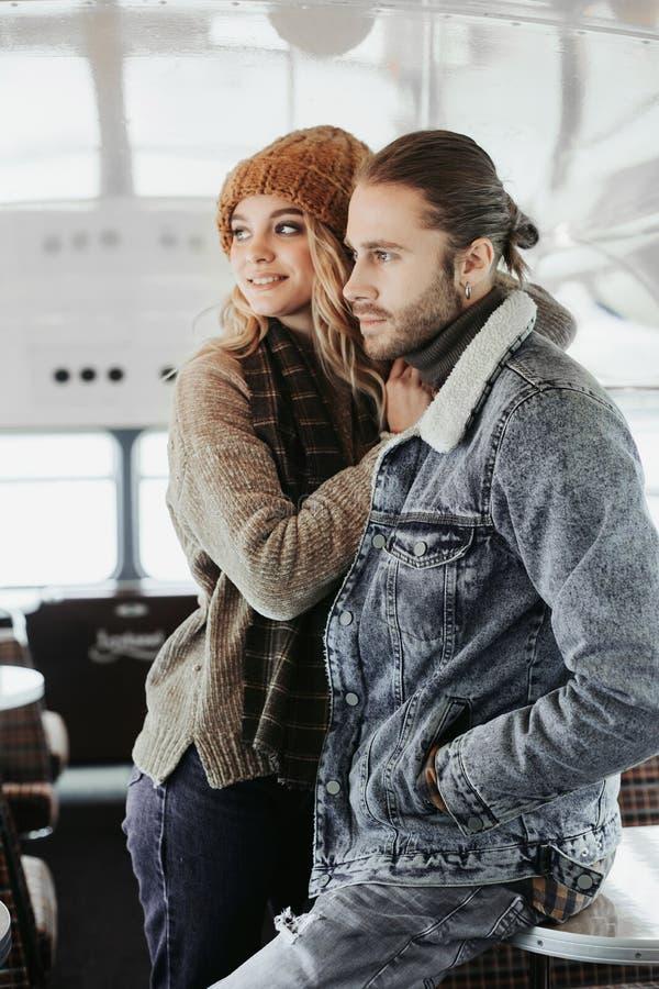 Couples aim?s heureux restant ensemble en caf? photo stock