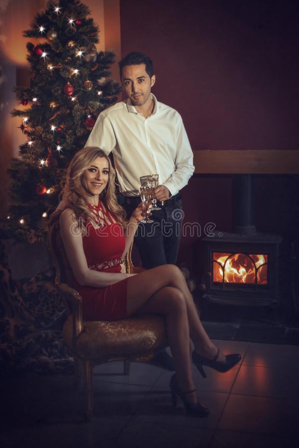 Couples aimants célébrant avec Champagne photographie stock