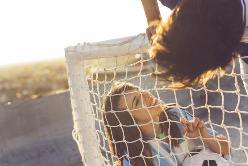 Couples aimants des passionés du football photo libre de droits