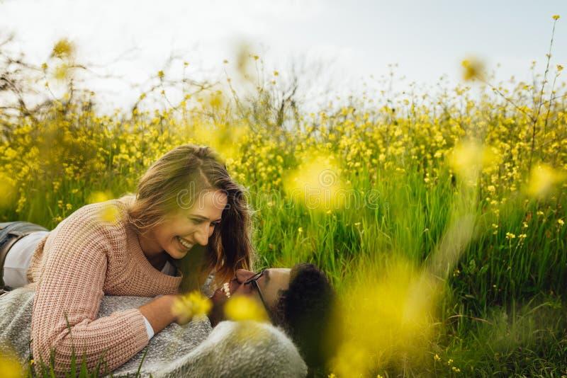 Couples aimants passant le beau temps ensemble photos libres de droits