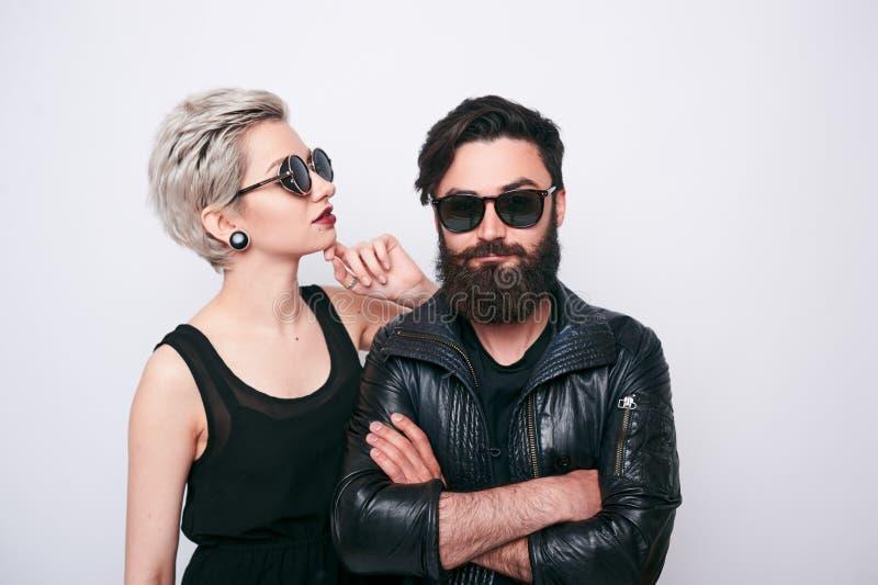 Couples alternatifs dans des vêtements de style de roche photos libres de droits