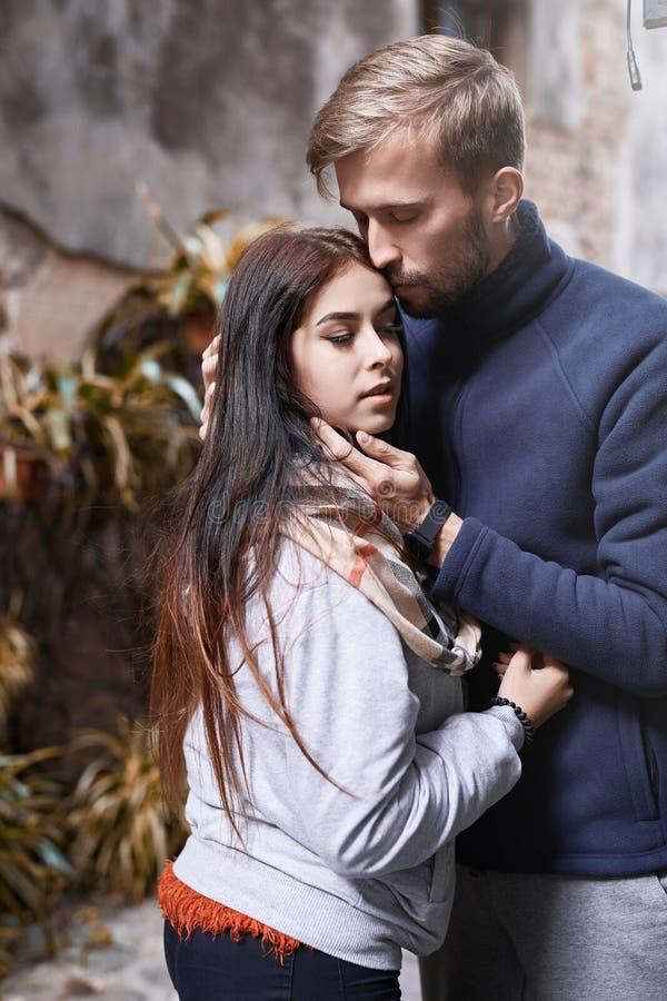Couples amoureux étreignant et embrassant pendant la promenade de ville photographie stock