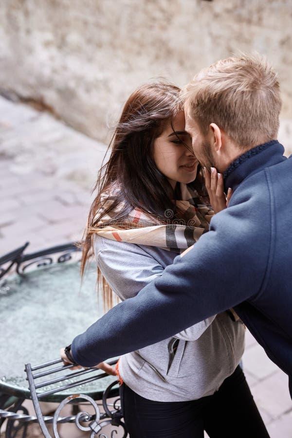 Couples amoureux étreignant et embrassant pendant la promenade de ville photos libres de droits