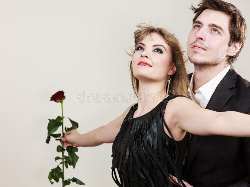 Couples amoureux dans le geste titanique image stock