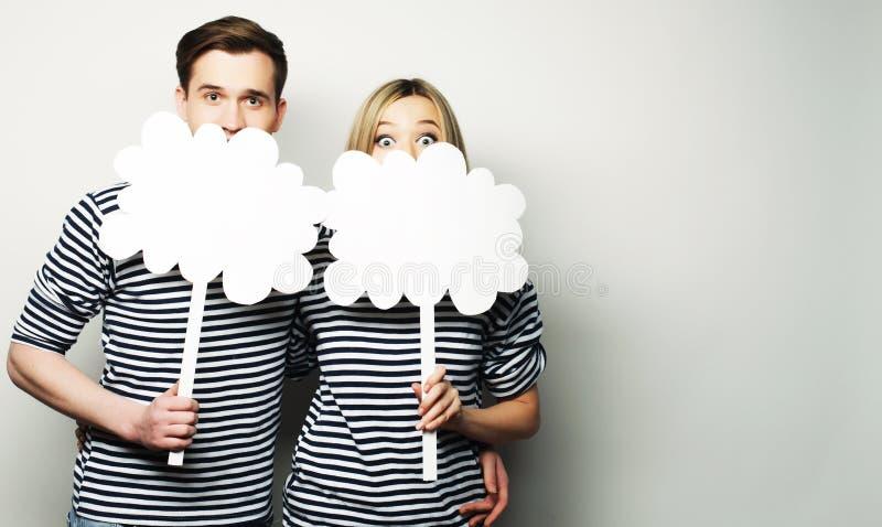Couples amoureux tenant le papier blanc sur le bâton photographie stock libre de droits