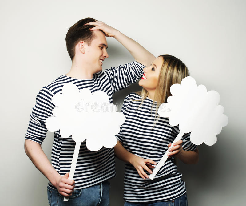Couples amoureux tenant le papier blanc sur le bâton photos stock