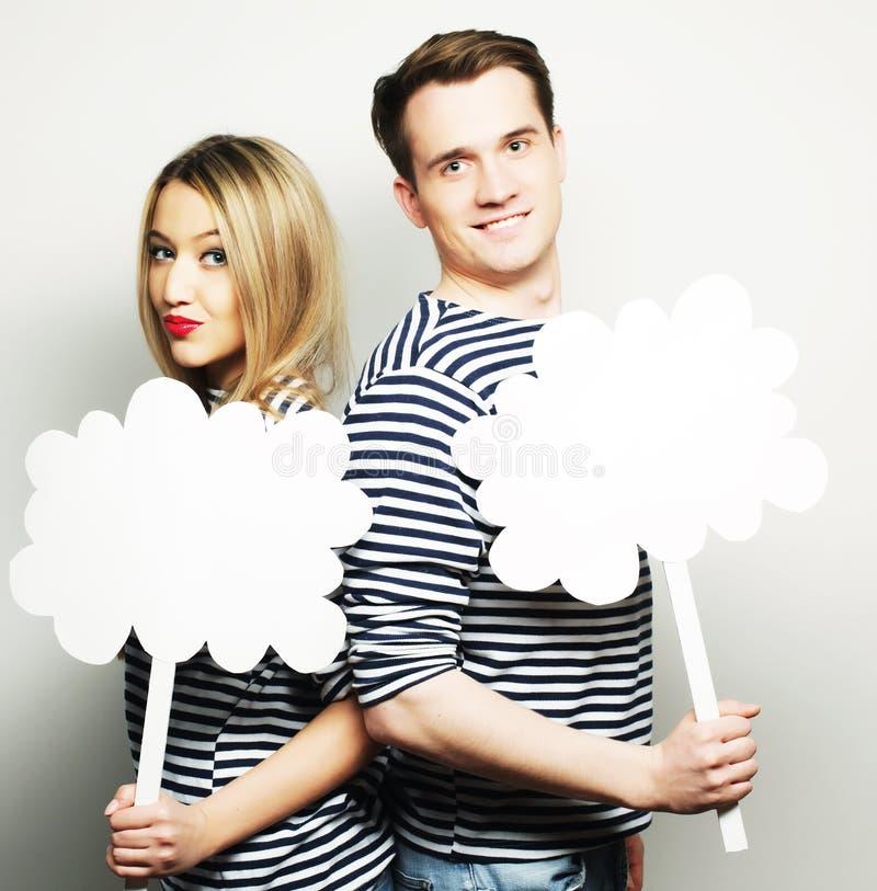Couples amoureux tenant le papier blanc sur le bâton image stock