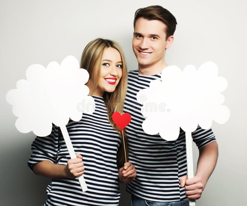 Couples amoureux tenant le papier blanc sur le bâton image libre de droits