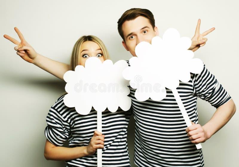 Couples amoureux tenant le papier blanc sur le bâton images stock