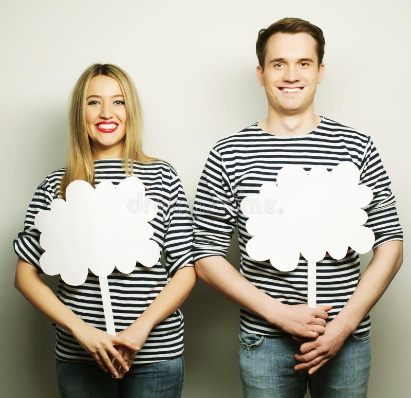 Couples amoureux tenant le papier blanc sur le bâton photo libre de droits