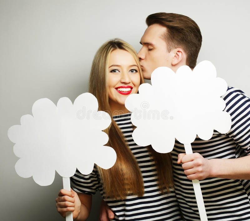 Couples amoureux tenant le papier blanc sur le bâton photo stock