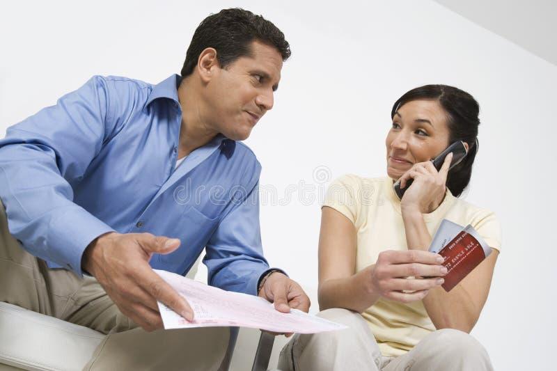 Couples appelant au sujet de la facture de carte de crédit photo libre de droits