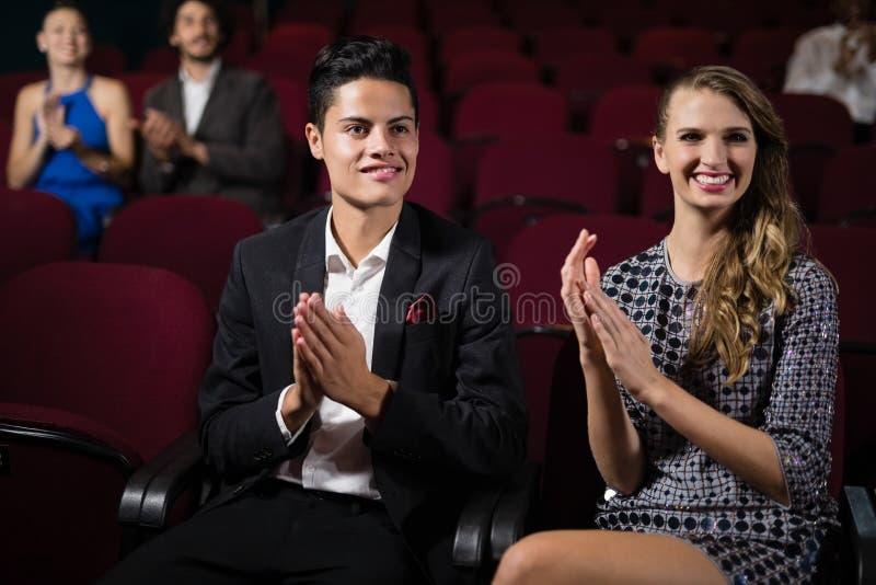Couples applaudissant tout en observant le film photos libres de droits